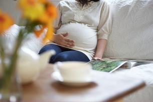 ソファで寛ぐ妊婦の写真素材 [FYI03916512]