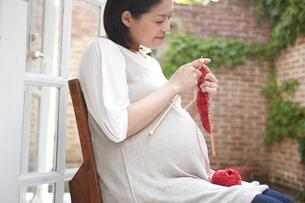 編み物をする妊婦の写真素材 [FYI03916530]