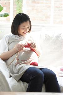 ソファで編み物をする妊婦の写真素材 [FYI03916534]