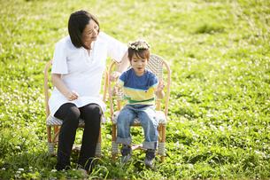 公園で寛ぐ妊婦と男の子の写真素材 [FYI03916546]
