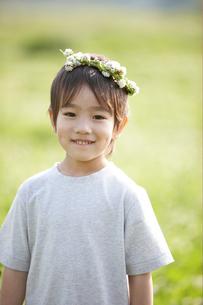 花の輪を頭に乗せた男の子の写真素材 [FYI03916551]