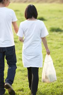 公園を歩く妊婦と夫の写真素材 [FYI03916559]