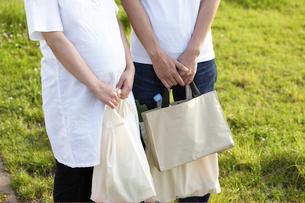 買い物帰りの妊婦と夫の写真素材 [FYI03916564]