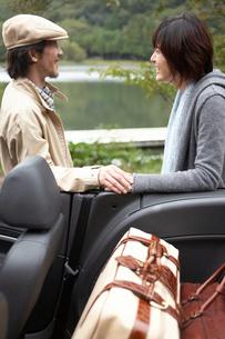 車に積んだトランクと男女の写真素材 [FYI03916586]