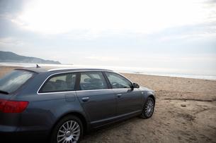 砂浜に停まった車の写真素材 [FYI03916660]
