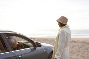 運転席の男性に話しかける女性の写真素材 [FYI03916664]