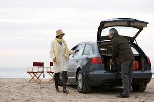 荷物をおろす男性に話かける女性の写真素材 [FYI03916678]
