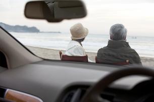 椅子に座り海を眺める男性と女性の写真素材 [FYI03916679]