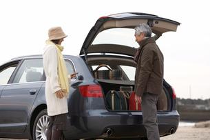 車のトランク前の男性と女性の写真素材 [FYI03916683]