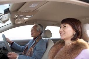 車に乗った男性と女性の写真素材 [FYI03916699]