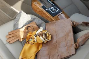車のシート上の小物の写真素材 [FYI03916704]