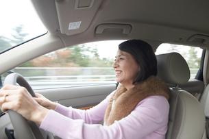 運転をする女性の写真素材 [FYI03916721]