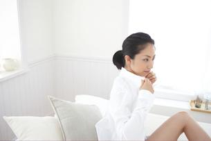 シャツを着る女性の写真素材 [FYI03916783]
