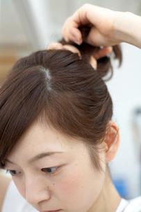 髪の毛を束ねる女性の写真素材 [FYI03916806]