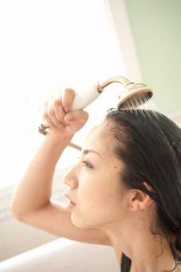 シャワーを浴びる女性の写真素材 [FYI03916835]