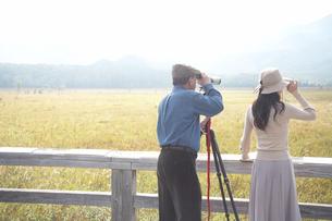 女性と望遠鏡を覗く男性の写真素材 [FYI03917009]