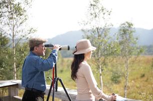 女性と望遠鏡を覗く男性の写真素材 [FYI03917025]