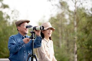 女性と望遠鏡を覗く男性の写真素材 [FYI03917026]