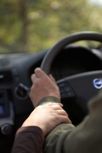 車を運転するカップルの手元の写真素材 [FYI03917040]