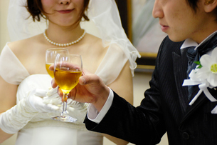 乾杯をする新郎新婦の写真素材 [FYI03917125]