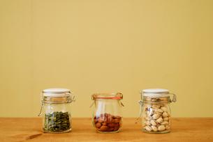 瓶に詰めた食材の写真素材 [FYI03917173]