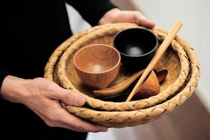 食器を持つ男性の手元の写真素材 [FYI03917251]