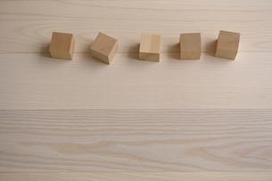 並ぶ立方体の木の写真素材 [FYI03917369]