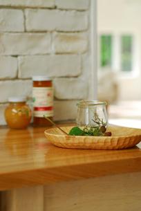 テーブルの上の瓶とブラックベリーの写真素材 [FYI03917462]