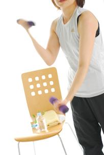 ダンベルを使う女性の写真素材 [FYI03917469]