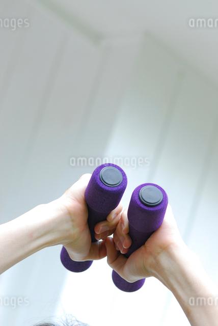 ダンベルを持つ手元の写真素材 [FYI03917472]