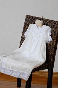 イスの上のドレスの写真素材 [FYI03917489]
