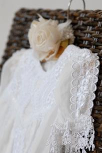 イスの上のドレスの写真素材 [FYI03917490]