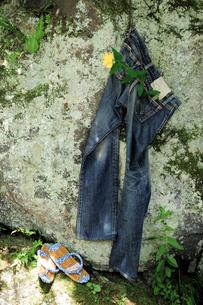ジーパンと草履の写真素材 [FYI03917547]