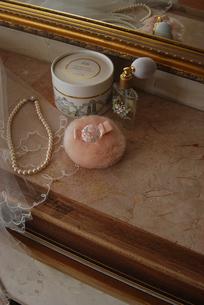 メーク小物と真珠のネックレスの写真素材 [FYI03917601]