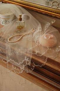 メーク小物と真珠のネックレスの写真素材 [FYI03917603]