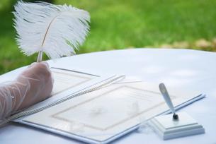 誓約書に署名をする新婦の手元の写真素材 [FYI03917607]