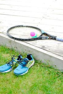 テニスラケットとボールとシューズの写真素材 [FYI03917732]