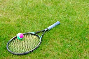 テニスラケットとボールの写真素材 [FYI03917733]