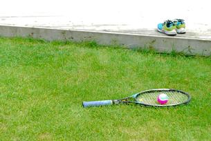 テニスラケットとボールとシューズの写真素材 [FYI03917734]