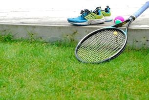 テニスラケットとボールとシューズの写真素材 [FYI03917735]