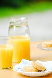 オレンジジュースとビスケットの写真素材 [FYI03917751]