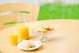 オレンジジュースとビスケットの写真素材 [FYI03917752]