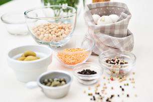 ひよこ豆とオリーブと胡椒とケッパーと玉ねぎとレンズ豆の写真素材 [FYI03917862]