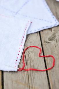 雑巾とハートの写真素材 [FYI03917879]