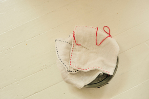 バケツの上の雑巾と針と糸の写真素材 [FYI03917964]