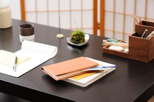 机の上のレターセットと本と小物の写真素材 [FYI03918064]