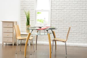 テーブルセットとイスの写真素材 [FYI03918087]