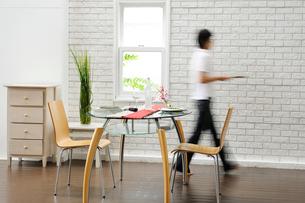 テーブルセットと女性の写真素材 [FYI03918091]