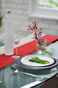 テーブルセットと青唐辛子の写真素材 [FYI03918092]