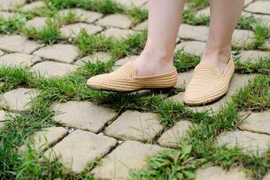 石畳の上の女性の足元の写真素材 [FYI03918136]